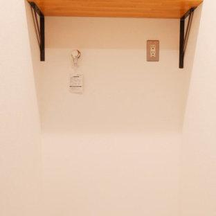 Exempel på en liten 60 tals linjär tvättstuga enbart för tvätt och med garderob, med öppna hyllor, bruna skåp, vita väggar, vinylgolv och grått golv