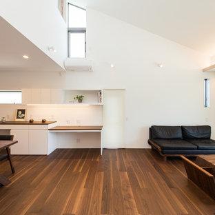 Modelo de salón abierto, minimalista, con paredes blancas, suelo de contrachapado, televisor independiente y suelo marrón