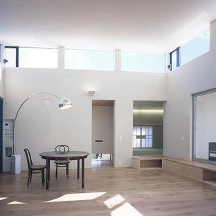 東京23区のアジアンスタイルのおしゃれなリビング (白い壁、淡色無垢フローリング、茶色い床) の写真