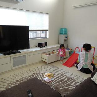 Idéer för funkis allrum med öppen planlösning, med vita väggar, plywoodgolv, en fristående TV och vitt golv