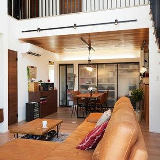他の地域のミッドセンチュリースタイルのおしゃれなLDK (白い壁、無垢フローリング、壁掛け型テレビ、茶色い床) の写真