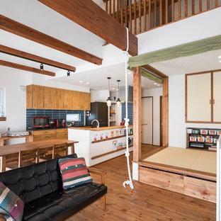 名古屋のエクレクティックスタイルのおしゃれなLDK (白い壁、濃色無垢フローリング、暖炉なし、据え置き型テレビ、茶色い床) の写真
