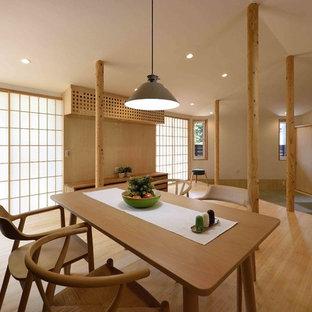 東京23区の大きいアジアンスタイルのおしゃれなリビング (白い壁、竹フローリング、暖炉なし、壁掛け型テレビ、ベージュの床) の写真