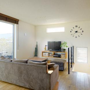 他の地域の小さい北欧スタイルのおしゃれなLDK (白い壁、無垢フローリング、据え置き型テレビ、茶色い床) の写真