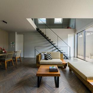 東京23区のモダンスタイルのおしゃれなLDK (白い壁、塗装フローリング、グレーの床) の写真