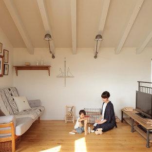 東京都下の北欧スタイルのおしゃれなリビング (白い壁、無垢フローリング、据え置き型テレビ、茶色い床) の写真