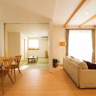 他の地域の北欧スタイルのおしゃれなLDK (白い壁、淡色無垢フローリング、茶色い床) の写真