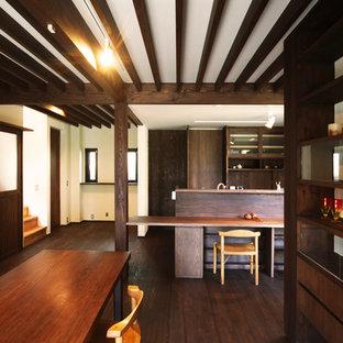 他の地域のアジアンスタイルのおしゃれなLDK (ベージュの壁、据え置き型テレビ、茶色い床、濃色無垢フローリング) の写真