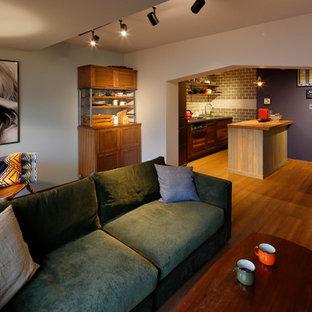 他の地域の北欧スタイルのおしゃれなリビング (マルチカラーの壁、無垢フローリング、茶色い床) の写真