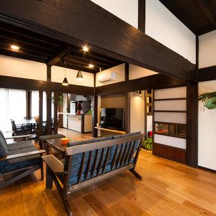 他の地域の和風のリビング・居間の画像 (白い壁、無垢フローリング、据え置き型テレビ、LDK、茶色い床)