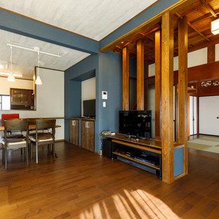 他の地域の広い和風のおしゃれなリビング (青い壁、濃色無垢フローリング、暖炉なし、据え置き型テレビ、茶色い床) の写真