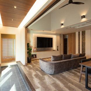 他の地域のミッドセンチュリースタイルのおしゃれなLDK (白い壁、壁掛け型テレビ、グレーの床) の写真