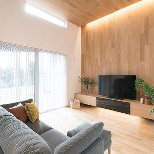 他の地域の中くらいのモダンスタイルのおしゃれなLDK (白い壁、無垢フローリング、暖炉なし、据え置き型テレビ、茶色い床) の写真