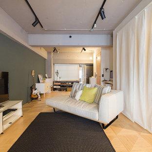 東京23区のインダストリアルスタイルのおしゃれなLDK (マルチカラーの壁、淡色無垢フローリング、据え置き型テレビ、ベージュの床) の写真