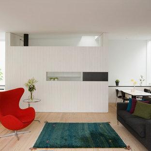 他の地域のコンテンポラリースタイルのおしゃれなLDK (フォーマル、白い壁、淡色無垢フローリング、ベージュの床、暖炉なし) の写真