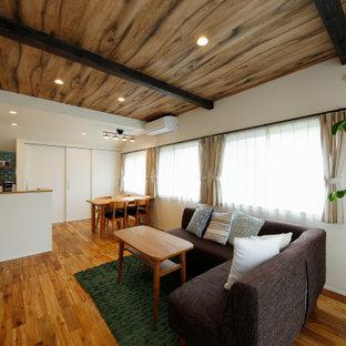 東京都下の中くらいの地中海スタイルのおしゃれなLDK (フォーマル、白い壁、無垢フローリング、壁掛け型テレビ、ピンクの床) の写真