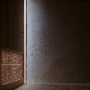 東京都下の和風のおしゃれな独立型リビング (ベージュの壁、竹フローリング) の写真