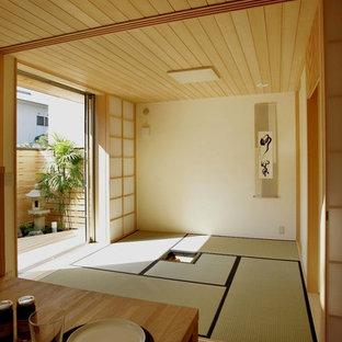 Modelo de salón cerrado, de estilo zen, sin chimenea y televisor, con paredes beige y tatami