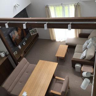 Exemple d'un salon moderne de taille moyenne et ouvert avec un mur blanc, moquette, aucune cheminée, un téléviseur fixé au mur, un sol gris, un plafond en papier peint et du papier peint.