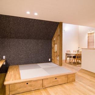 他の地域のモダンスタイルのおしゃれなリビング (白い壁、無垢フローリング、茶色い床) の写真
