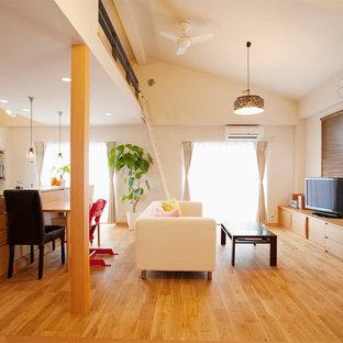 東京23区のコンテンポラリースタイルのおしゃれなリビングロフト (白い壁、無垢フローリング、据え置き型テレビ、茶色い床) の写真