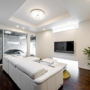 Modelo de salón cerrado, papel pintado y papel pintado, pequeño, papel pintado, sin chimenea, con paredes blancas, suelo de madera oscura, televisor colgado en la pared, papel pintado y papel pintado