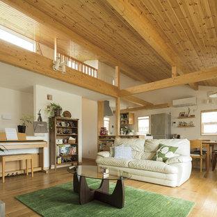 他の地域のアジアンスタイルのおしゃれなLDK (フォーマル、白い壁、無垢フローリング、暖炉なし、据え置き型テレビ、茶色い床) の写真