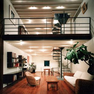 東京23区の中くらいのアジアンスタイルのおしゃれなLDK (白い壁、茶色い床、無垢フローリング、暖炉なし、漆喰の暖炉まわり、据え置き型テレビ) の写真