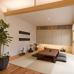 Idée de décoration pour un salon asiatique fermé avec une salle de réception, un mur blanc, un sol en bois brun, aucun téléviseur et un sol beige.