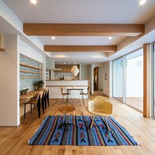 他の地域の中くらいのコンテンポラリースタイルのおしゃれなLDK (白い壁、淡色無垢フローリング、茶色い床) の写真