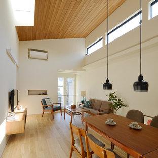 Idées Déco Pour Un Salon Scandinave Ouvert Avec Un Mur Blanc, Un Sol En Bois