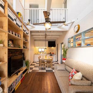 他の地域のインダストリアルスタイルのおしゃれなリビング (白い壁、濃色無垢フローリング、据え置き型テレビ、茶色い床) の写真