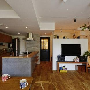 中くらいのコンテンポラリースタイルのおしゃれなLDK (白い壁、無垢フローリング、壁掛け型テレビ、茶色い床) の写真