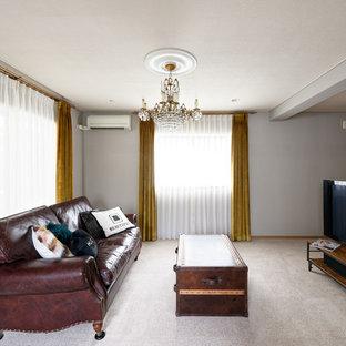 京都のエクレクティックスタイルの居間の画像 (グレーの壁、据え置き型テレビ、グレーの床)