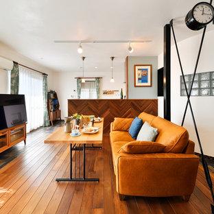 他の地域の北欧スタイルのおしゃれなLDK (茶色い壁、濃色無垢フローリング、暖炉なし、据え置き型テレビ、茶色い床) の写真