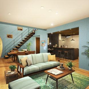 大阪のビーチスタイルの居間の画像 (青い壁、無垢フローリング、LDK、茶色い床)