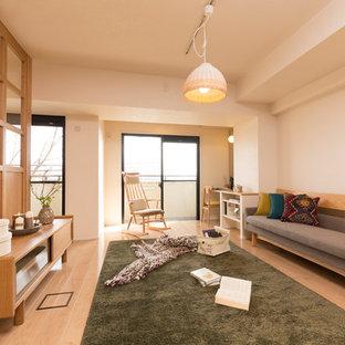 神戸の北欧スタイルのおしゃれなLDK (白い壁、合板フローリング) の写真