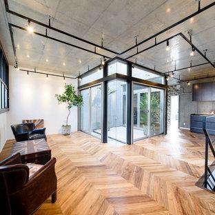 東京23区のインダストリアルスタイルのおしゃれなリビング (白い壁、無垢フローリング、茶色い床) の写真