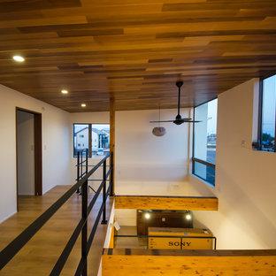 Inspiration för mellanstora moderna allrum med öppen planlösning, med vita väggar, plywoodgolv och brunt golv