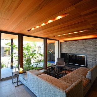 他の地域のモダンスタイルのおしゃれなリビングのホームバー (グレーの壁、暖炉なし、壁掛け型テレビ) の写真
