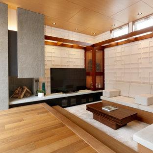 他の地域のアジアンスタイルのおしゃれなLDK (白い壁、無垢フローリング、標準型暖炉、据え置き型テレビ、茶色い床) の写真