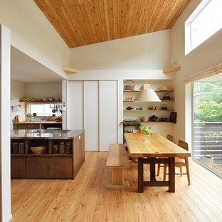 他の地域の小さいモダンスタイルのおしゃれなLDK (白い壁、無垢フローリング、暖炉なし、据え置き型テレビ、茶色い床) の写真