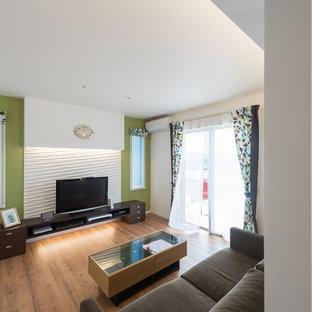 Ispirazione per un soggiorno moderno di medie dimensioni e chiuso con pareti multicolore, pavimento in compensato, TV autoportante e pavimento beige