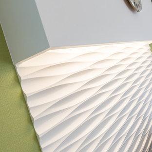 Immagine di un soggiorno minimalista chiuso con pareti verdi, pavimento in compensato e TV autoportante
