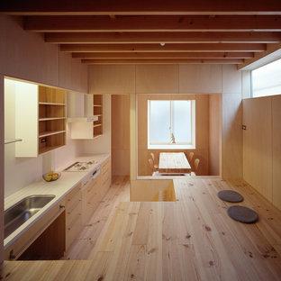 Ejemplo de salón abierto y madera, nórdico, pequeño, madera, sin chimenea, con paredes beige, suelo de madera clara, televisor independiente, suelo beige y madera