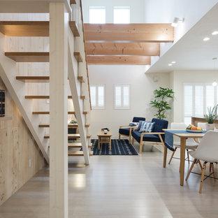 Свежая идея для дизайна: открытая гостиная комната в морском стиле с бежевыми стенами, полом из фанеры и бежевым полом без камина, ТВ - отличное фото интерьера