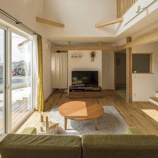他の地域のカントリー風おしゃれなLDK (フォーマル、白い壁、無垢フローリング、暖炉なし、据え置き型テレビ、茶色い床) の写真