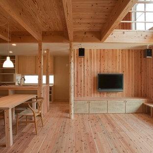 横浜のカントリー風おしゃれなLDK (茶色い壁、無垢フローリング、壁掛け型テレビ、茶色い床) の写真