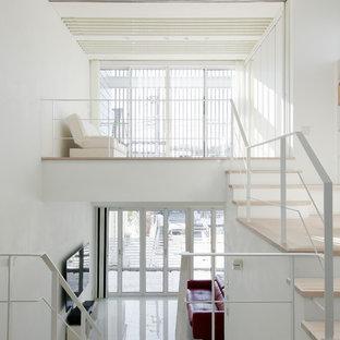 東京都下の広いモダンスタイルのおしゃれなLDK (白い壁、セラミックタイルの床、壁掛け型テレビ、白い床) の写真