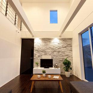 他の地域のコンテンポラリースタイルのおしゃれなリビング (白い壁、濃色無垢フローリング、据え置き型テレビ、茶色い床) の写真